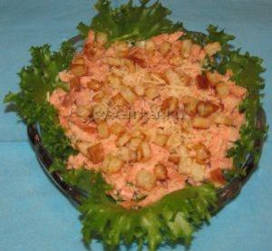 Салат с копченой форелью и сыром