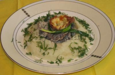 Узелочки из свиной корейки с грудинкой, сыром и грибами