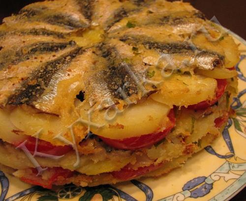 Торт-запеканка с мелкой рыбой, картофелем и помидорами