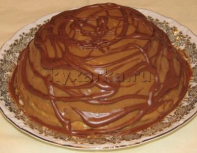 Блинный торт с заварным кремом, шоколадом и яблоком в карамели
